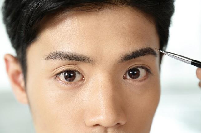 眉を描く男性