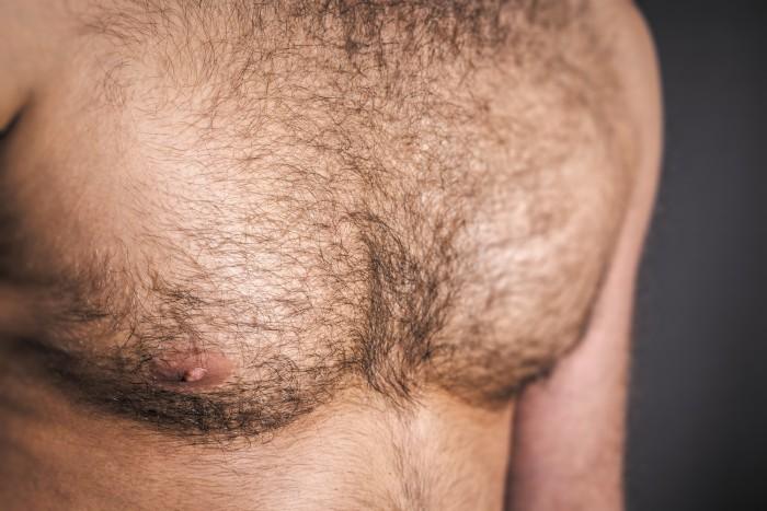 男性の濃い胸毛