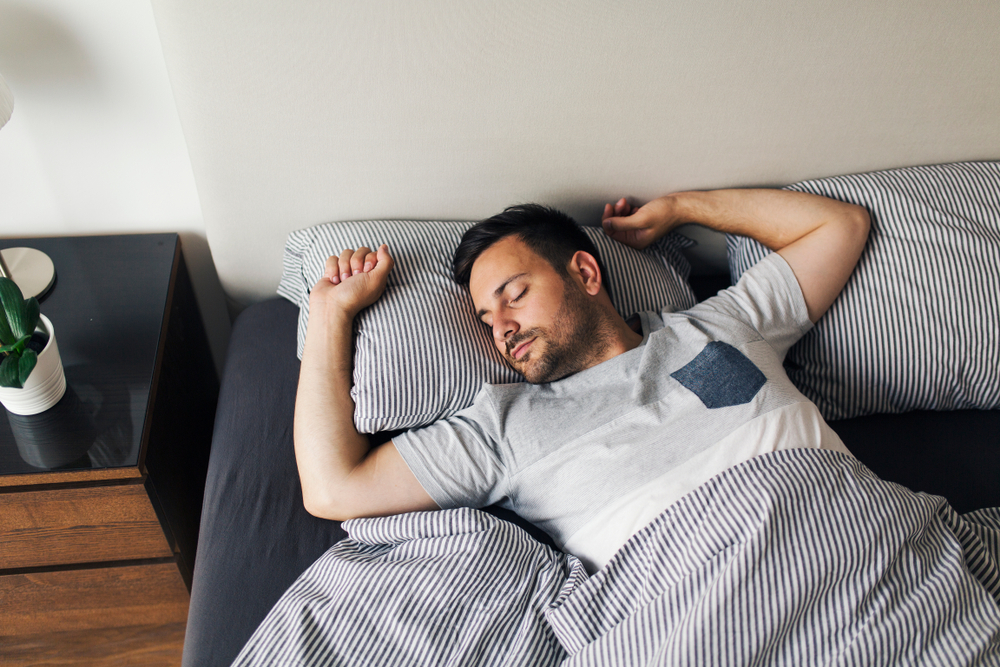 気持ちよく眠る男性