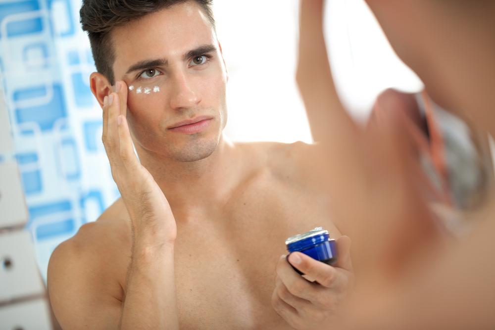 基礎化粧品を塗る男性