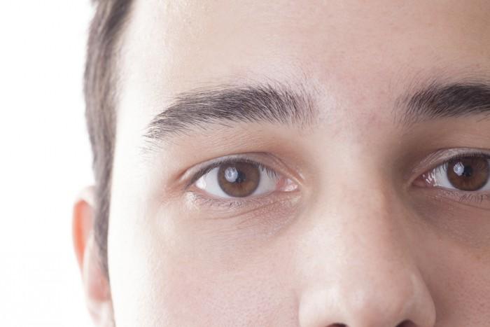 太めの眉毛の男性