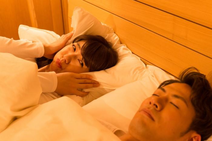隣で寝ている夫のいびきに困る妻