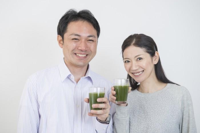 グリーンスムージーを飲む夫婦