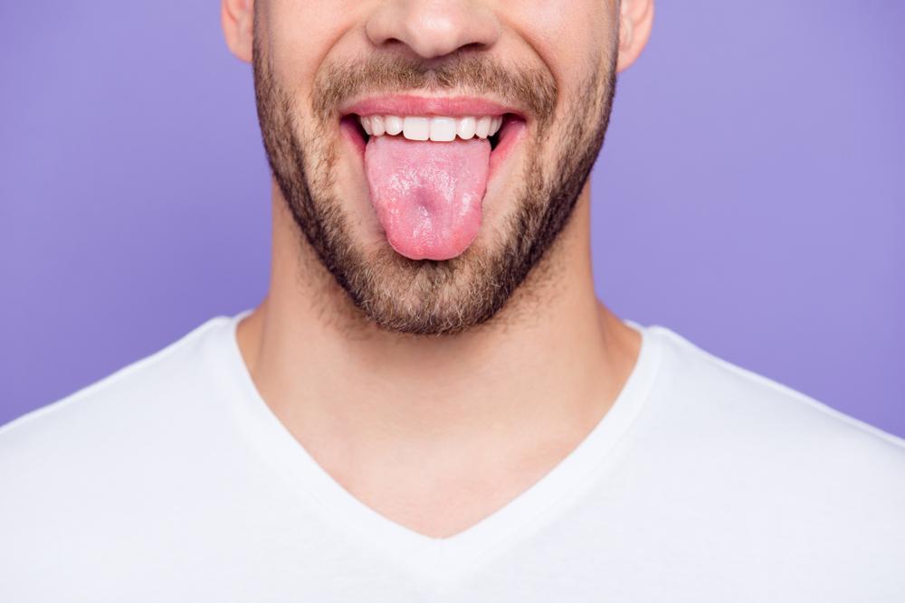 舌ベロを出す男性