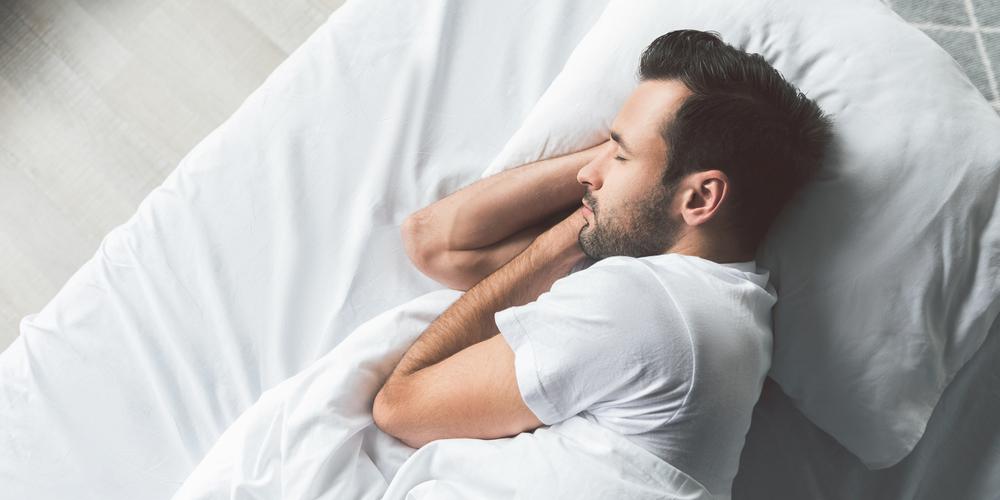 熟睡する男性