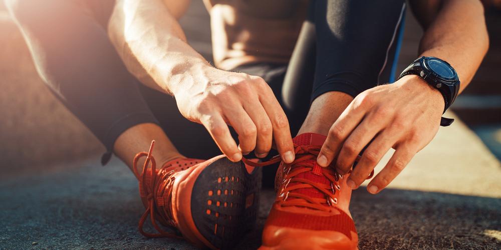 靴紐を結ぶ男性