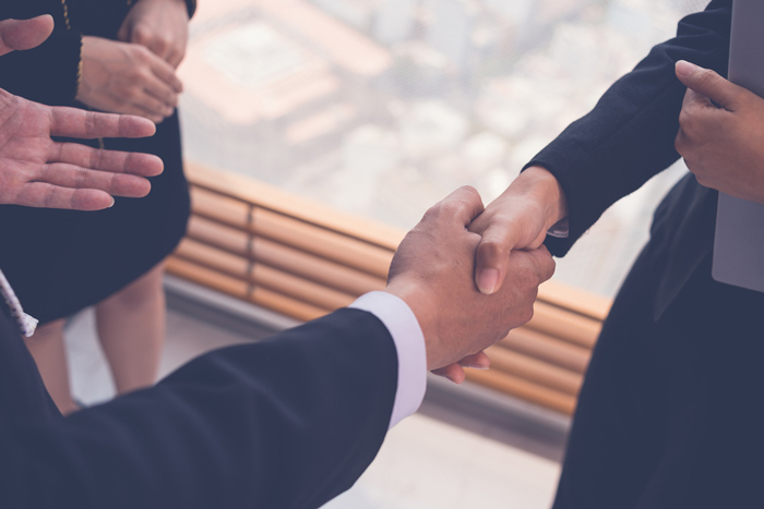 握手するビジネスマン