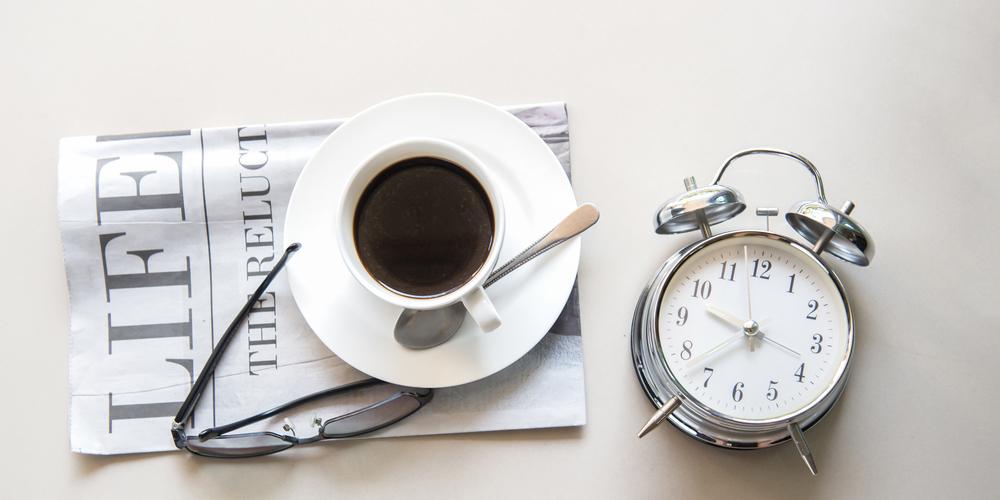コーヒーと目覚し時計